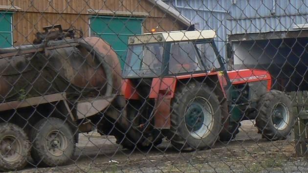 Lidé si stěžovali na zablácenou vozovku od traktoru, majitel traktoru vozovku nakonec očistil. Ilustrační foto.