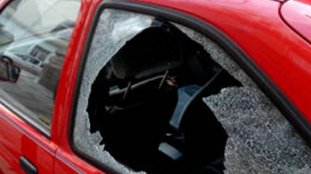 Šestatřicetiletý muž z Prahy vykrádal vozidla zaparkovaná u Husinecké přehrady. Ilustrační foto.
