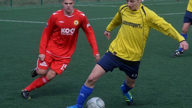 David Kováč (vpravo) bojuje s hráčem soupeře.