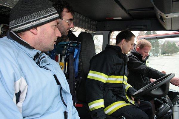 První instruktáž absolvují řidiči strojníci. Ti pak budou ostatní řidiče, kteří nemohli být na místě přejímky, školit sami.