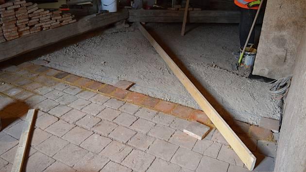 Na půdě se při kontrole trámů vinou napadení dřevomorkou musela rozebrat část půdovek.