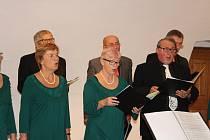 Smíšený pěvecký sbor Česká píseň z Prachatic vítala zpěvem podzim.