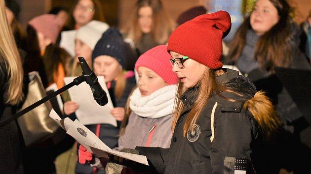 Česko zpívalo koledy ve Vimperku. Sešlo se 107 hlasů.