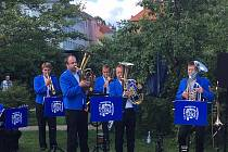 Dechový orchestr Prachatice hraje v parku Hospice sv. Jana N. Neumanna v Prachaticích.