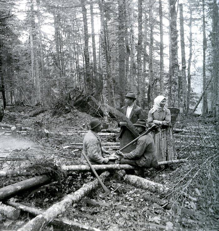 Odpočinek dřevařů v lese, kolem rou 1890.