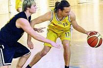 PRVNÍ VÝHRA. V odvetné části nejlepší čtyřky basketbalového oblastního přeboru se podařilo Vimperku doma porazit Sokol Písek B.