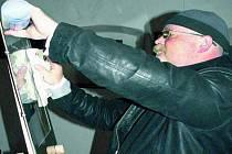 DETAILY. Jiří Fuchs provádí před výstavou fotografií poslední úpravy.