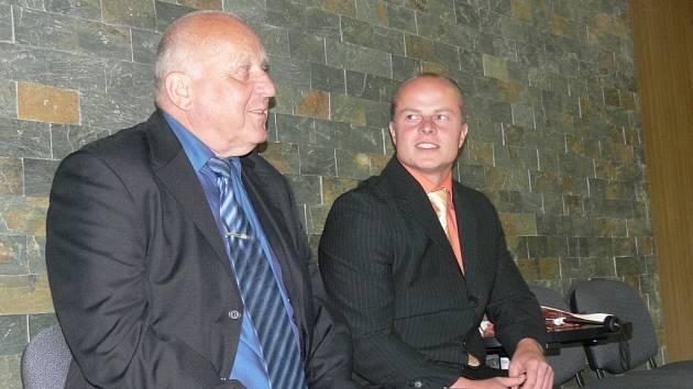 Václav Geier při poradě se svým obhájcem.