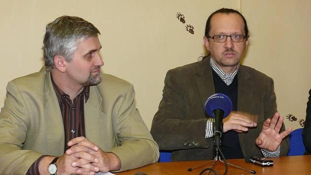 Ministr Dusík (vlevo) v rozhovoru s ředitelem NP Šumava Krejčím.