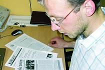 KULTURNÍ SERVIS. Součastí vimperských novin je i kulturní přehled městského kulturního střediska. Petr Moravec na snímku připravuje podklady k dalšímu vydání.