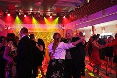 Sportovní ples v Prachaticích zaplnil sál Národního domu do posledního místečka.