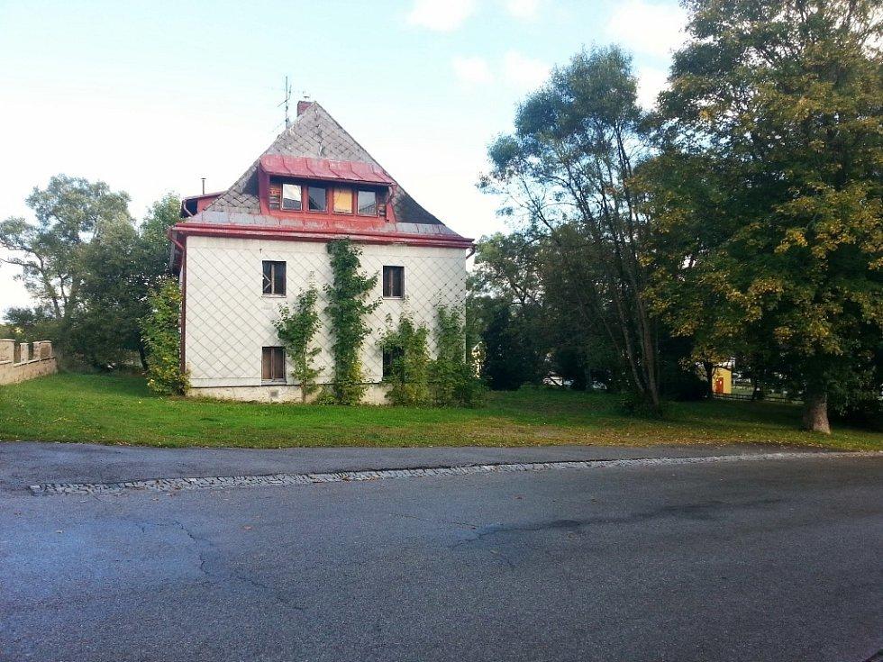 Ubytovnu chce získat do svého majetku městys Strážný.