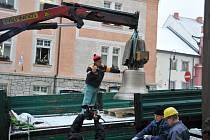Zavěšování vimperského zvonu do městské zvonice.