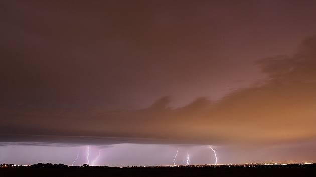 Blesky a shelf cloud na čele bouřkového systému před Prahou