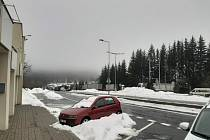 Kolona zhruba dva kilometry stojí na hraničním přechodu Strážný. Němci kontrolují každého, kdo chce do Bavorska.