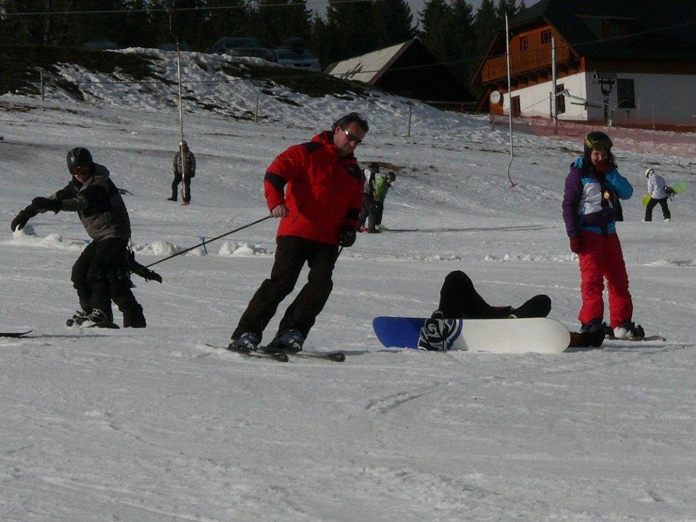 Lyžaři by měli být na umělém sněhu opatrnější.