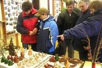 Spousty drobných vánočních předmětů bylo k mání na trhu.