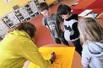 Děti z montessori tříd při ZŠ Národní v Prachaticích se učily hrou.