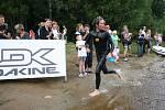 Druhý po plavecké části Jan Franke se ohlíží, jaký si vytvořil plaváním náskok.