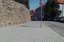 Klasické kostky by měly vystřídat zámkovou dlažbu podél hradeb v Prachaticích i v ulici Zahradní.