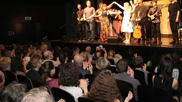 Do nového projektu Marcely Haspeklové a Petry Kůsové se nakonec zapojilo patnáct dospělých a šest dětských herců a zpěváků a pět hudebníků. Všem aplaudovalo zaplněné hlediště Městského divadla v Prachaticích při páteční premiéře Ledové země.