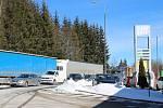 V pětikilometrové koloně stály v pondělí dopoledne na hraničním přechodu ve Strážném jak kamiony, tak i osobní auta.