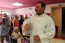 Páteční dopoledne patřilo žehnání Křížové cestě v Domově Matky Vojtěchy v Prachaticích.