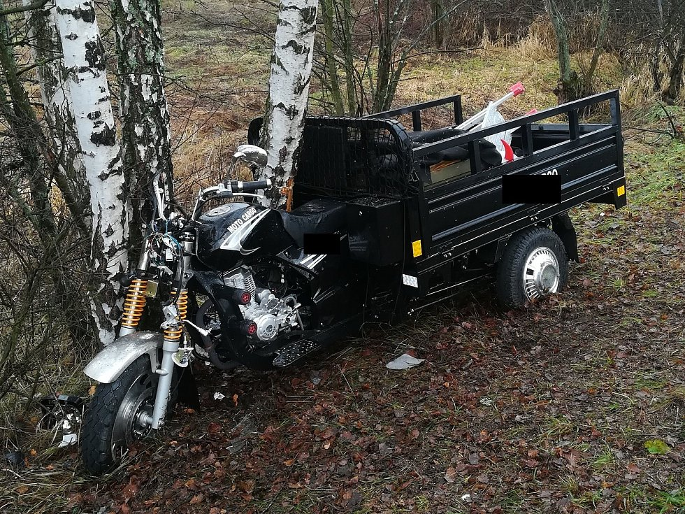 Náraz do stromu u Vimperka řidič tříkolky nepřežil.