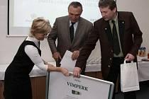 Starosta Vimperku Bohumil Petrášek a vedoucí odboru životního prostředí Josef Kotál převzlai v Českých Budějovicích cenu za první místo v třídění odpadů za rok 2011.