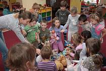Děti z Mateřské školy v Prachaticích mezi sebou vybraly harčky pro kamarády z Gruzie.