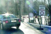 KAMPAK JEDE?  Řidič vozidla, které právě na snímku objíždí zákaz vjezdu, dost možná porušuje předpisy. Jestli jede parkovat na Kobylu, bude se muset vrátit, tam je v tuto chvíli plno.