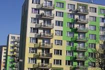 ČTYŘI KŘÍŽKY. Přestože díky zateplení a nové fasádě na to nevypadají, paneláky ve vimperské  ulici Karla Weise oslavily v loňském roce čtyřicítku.