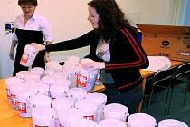 OTEVÍRÁNÍ KASIČEK. Tříkrálová sbírka skončila, výtěžek poslouží například na projekty Farní charity.