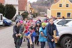 Do průvodu se v Žernovicích zařadilo nakonec přes třicet dětí.