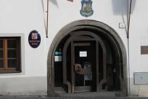 Stále není jasné, kdo bude těmito dveřmi vstupovat v příštích čtyřech letech na Městský úřad v Husinci jako starosta a místostarosta.