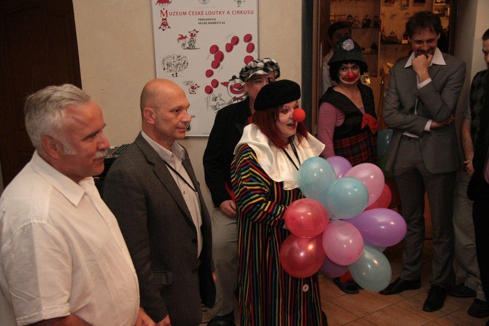 Slavnostní vernisáž zahájili (zleva v popředí) autor výstavy Hanuš Jordán, zástupce generálního ředitele Národní galerie Praha Martin Sekera a Hana Patrasová z Muzea české loutky a cirkusu.