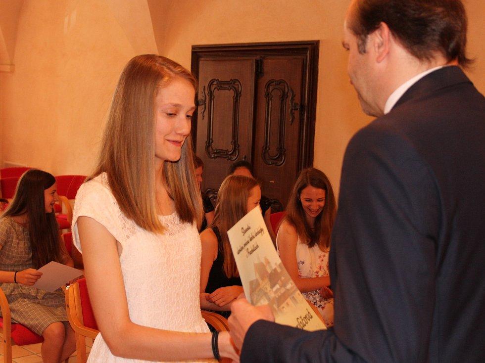 Studenti kvarty prachatického gymnázia převzali v Radničním sále z rukou starosty Martina Malého pamětní listy. Na snímku Žofie Pavličová.