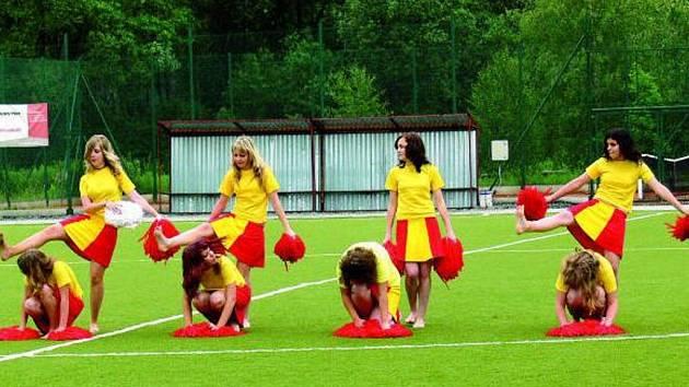 TURNAJ. Žáci ZŠ v Národní ulici a školy z Tittlingu se sešli na městském stadionu v Prachaticích při fotbalovém turnaji.