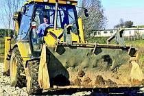 SKRÝVKA. Firma, která uspěla ve výběrovém řízení dělá v současné době ve Zbytinách skrývku na technologii ČOV. Ta bude s kanalizací hotová do října příštího roku.