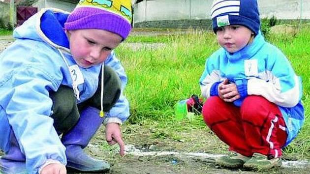 TREFA DO DŮLKU. Na první sobotní kuličkyádě bojovaly dubské děti za výstavbu hřiště.