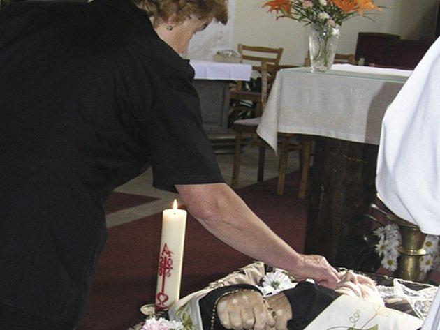 NAPOSLEDY. Rozloučit se s volarským farářem Františkem Honsou přišla také  Zdeňka Šmídová ze Zátoně.