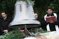 Žehnání zvonu Nejsvětější trojice pro kostel sv. Petra a Pavla ve Starých Prachaticích.