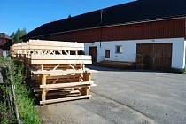 Do bývalé roty v Borových Ladech by se měla stěhovat i přidružená výroba oplocenek a mobiliáře pro návštěvníky.