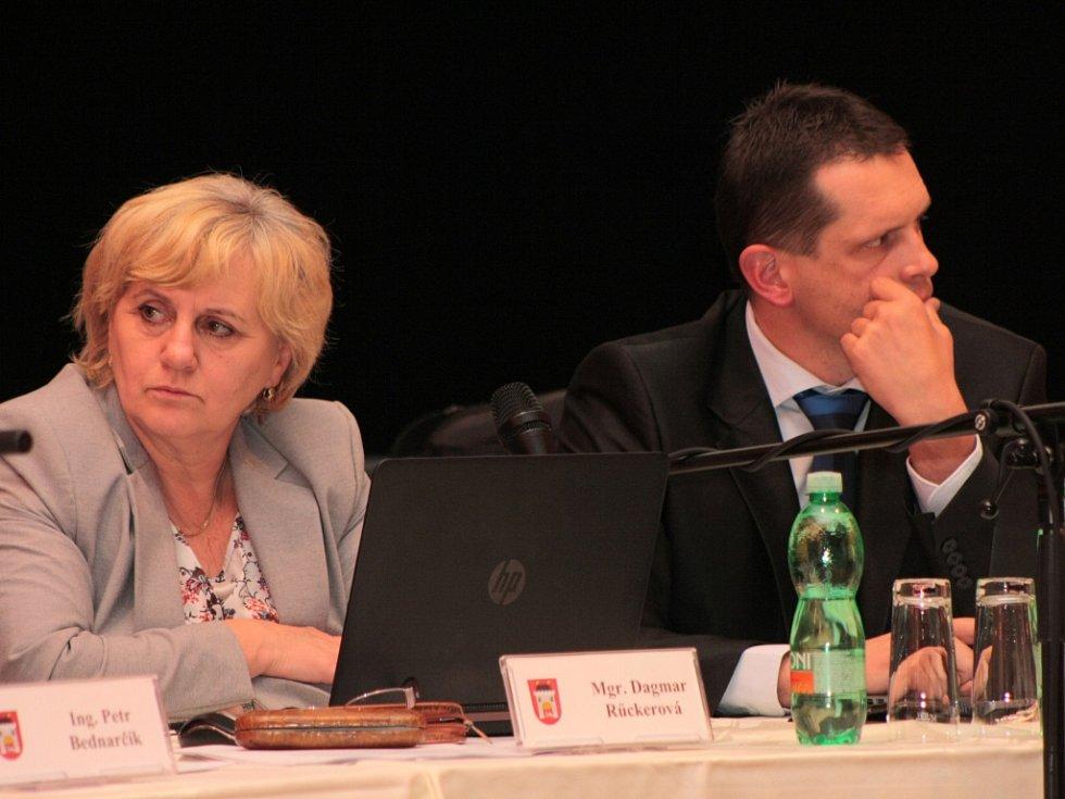 Zastupitelka a ředitelka ZŠ TGM Vimperk Dagmar Rückerová a místostarosta Jiří Cais.