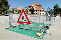 Výkop v ulici Vodňanská v Prachaticích omezuje řidiče těsně před křižovatkou.