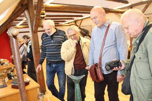 Vprostorách Městského úřadu vHusinci je kvidění výstava, která provádí životem génia. Otevřeli ji samotní herci Divadla Járy Cimrmana.