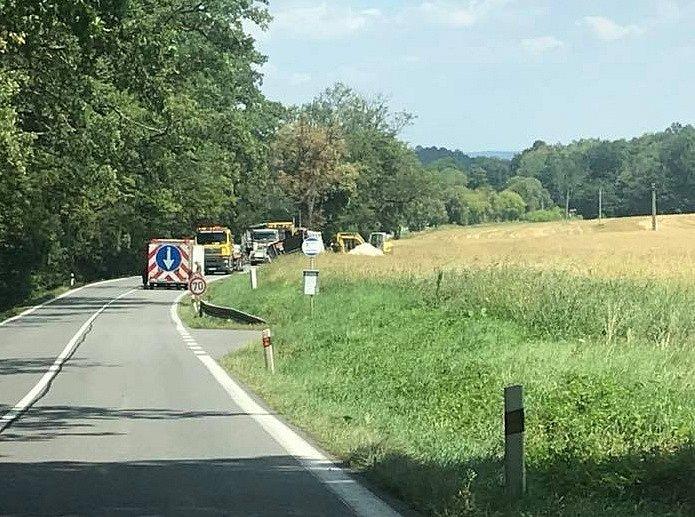Nehoda nákladního vozidla u Obory zavřela silnici.