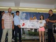 Karatisté poděkovali instruktorům a předali šek pro nemocného kamaráda.