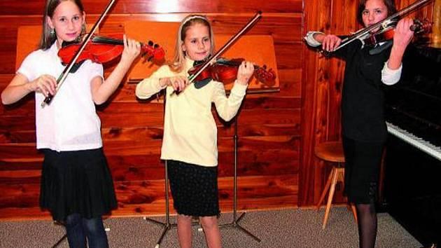 KONCERT. Ve zcela zaplněném hudebním sále v ZUŠ ve Stachách se představilo houslové trio ve složení (zleva) E. Szpuková, B. Vonášková, J. Klikarová, které předvedlo velmi pěkný výkon.