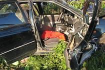DVOJNÁSOBNÁ TRAGÉDIE. Čelně narazil včera okolo šesté hodiny ráno řidič Hyundaie Lantra do stromu. Na místě zemřely dvě ženy. Šofér bojuje o život v českobudějovické nemocnici.